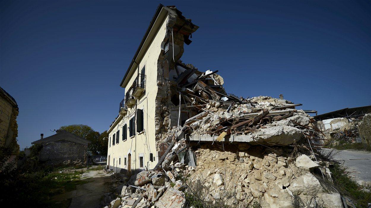 Un immeuble de L'Aquila détruit par le tremblement de terre, en 2009.