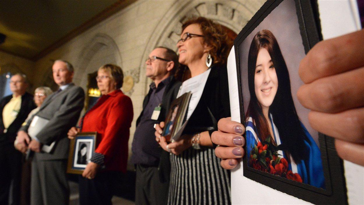 Des membres des familles de victimes d'actes criminels étaient aux côté du ministre de la Justice, Rob Nicholson lors de la conférence de presse.