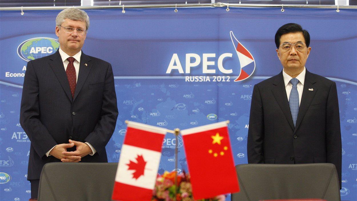 Le premier ministre Stephen Harper et le président chinois Hu Jintao, lors du sommet de l'APEC à Vladivostok, en Russie, en septembre 2012