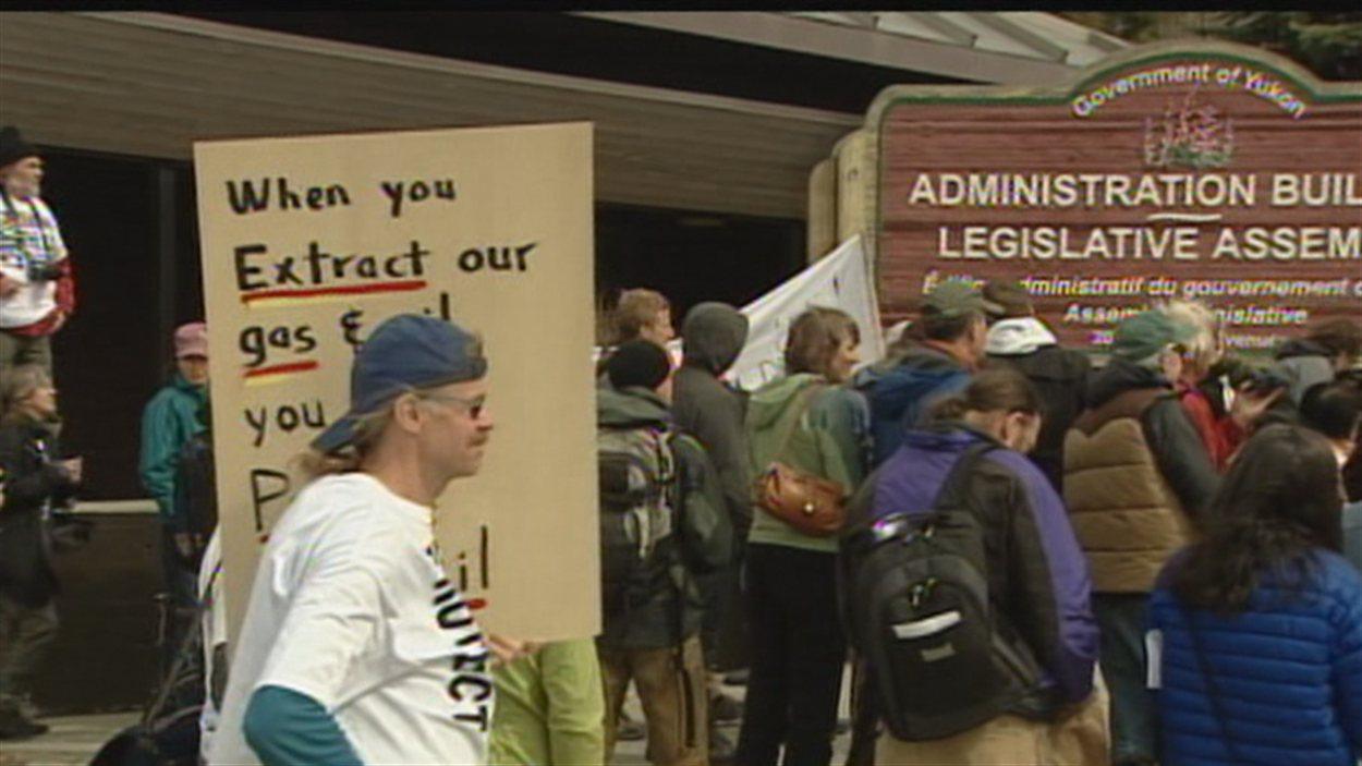Des manifestants devant l'Assemblée législative à Whitehorse