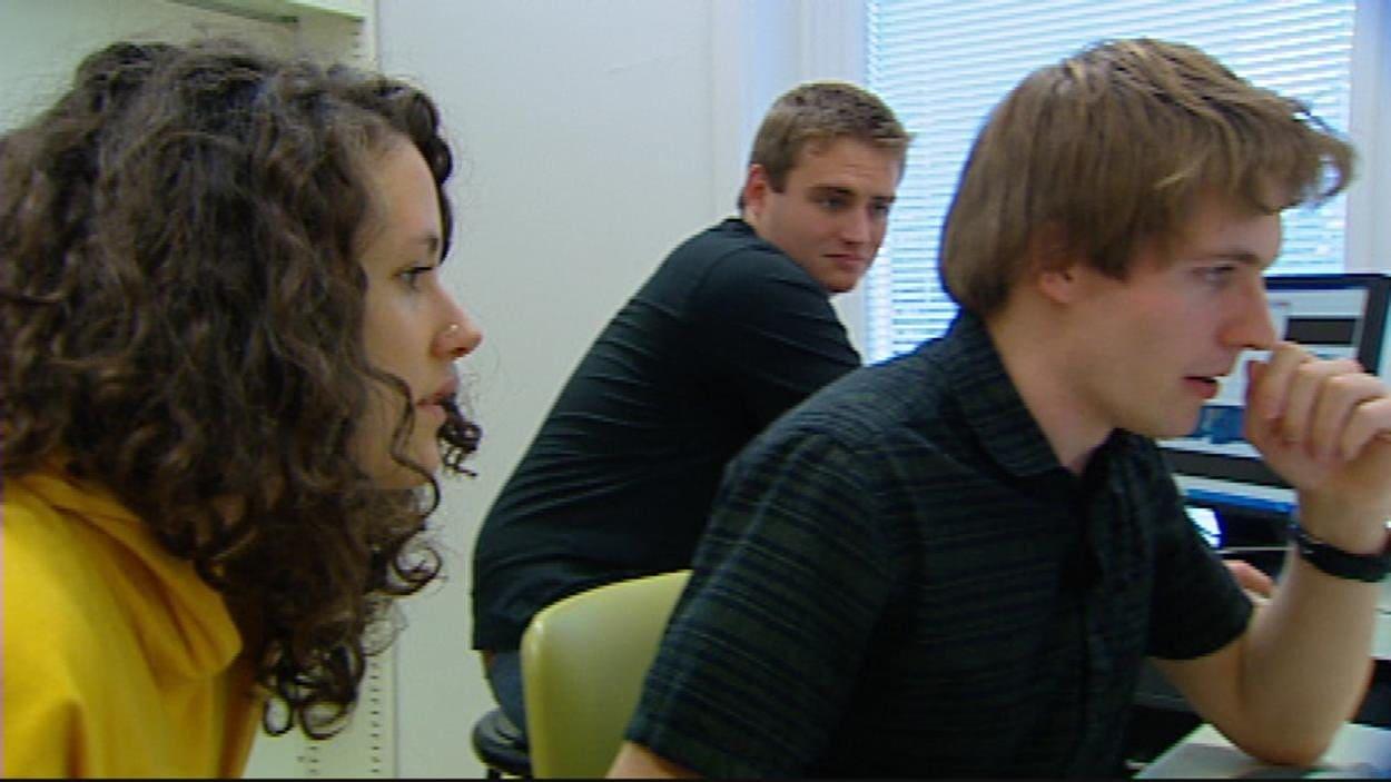 Marcy Frioult, Chris Robson et Jordan backs font partie de l'équipe qui a conçu l'AlbertaSat-1.