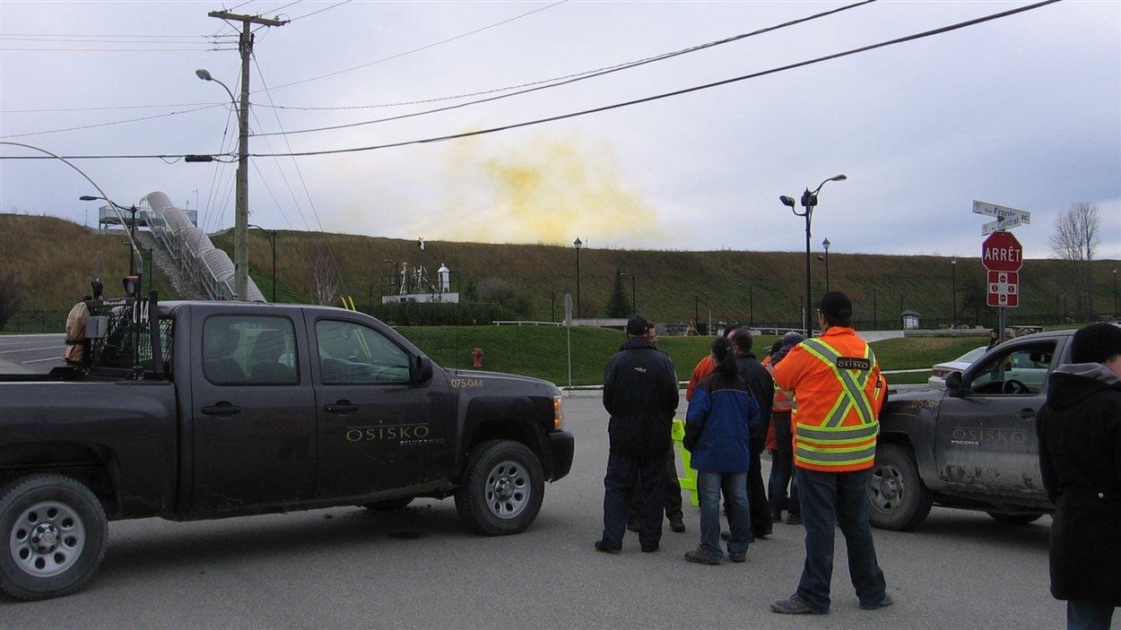 Un nuage de dioxyde d'azote s'est formé au-dessus de la mine à ciel ouvert d'Osisko à Malartic après l'explosion de samedi.