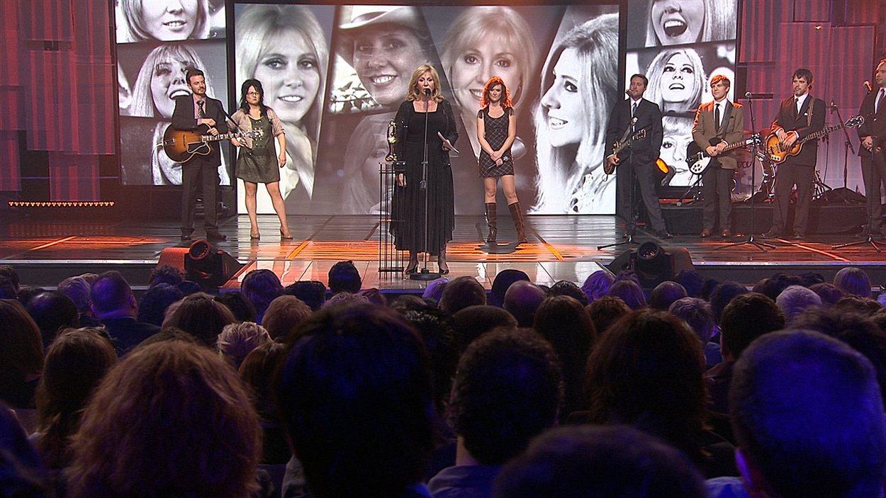 Renée Martel remercie les artistes et le public qui lui ont rendu hommage.