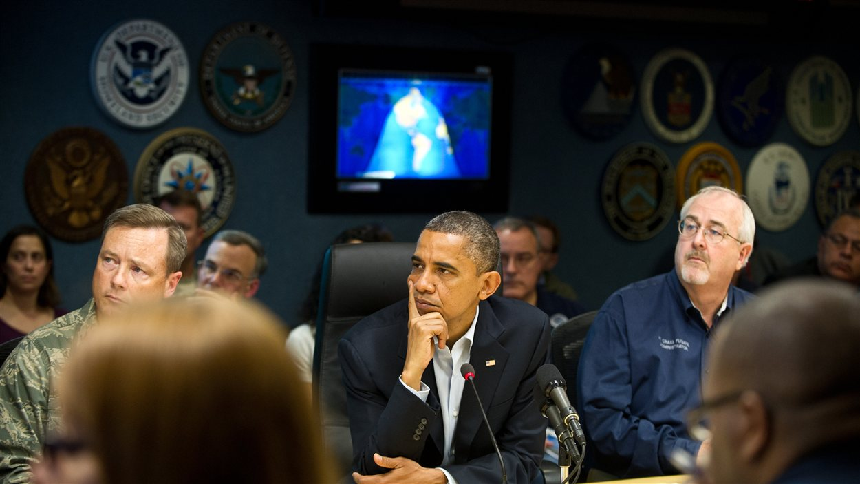 Le président Obama assiste à un briefing avec les hauts responsables de la sécurité et des secours en prévision du passage de l'ouragan Sandy.