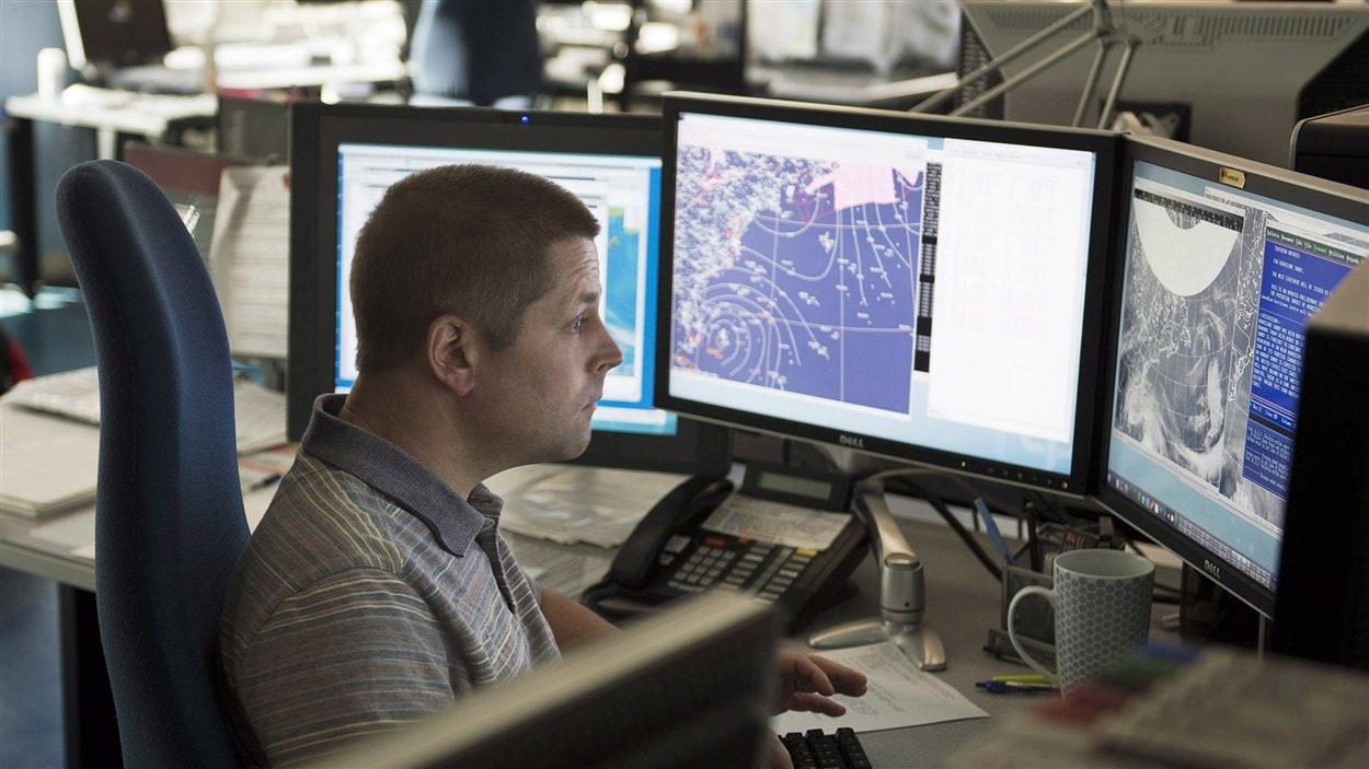 Un employé du Centre canadien des ouragans procède à une séance d'information technique à Halifax, le vendredi 26 octobre 2012.