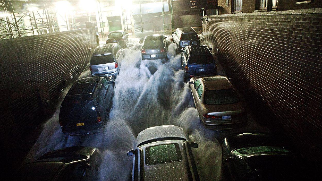 L'eau s'engouffre dans l'entrée d'un stationnement souterrain situé dans le Financial District de New York, lors du passage de la tempête Sandy, le 29 octobre 2012