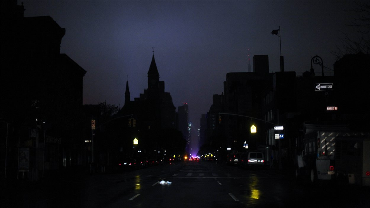 Une partie de l'île de Manhattan, New York, est plongée dans le noir, à la suite du passage de la tempête Sandy, le 29 octobre 2012