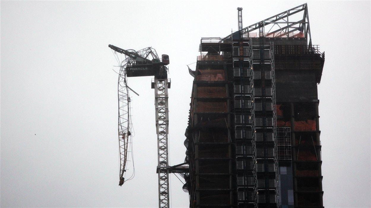 À New York, la partie supérieure d'une grue d'un édifice de 70 étages en construction a été endommagée en raison des forts vents.