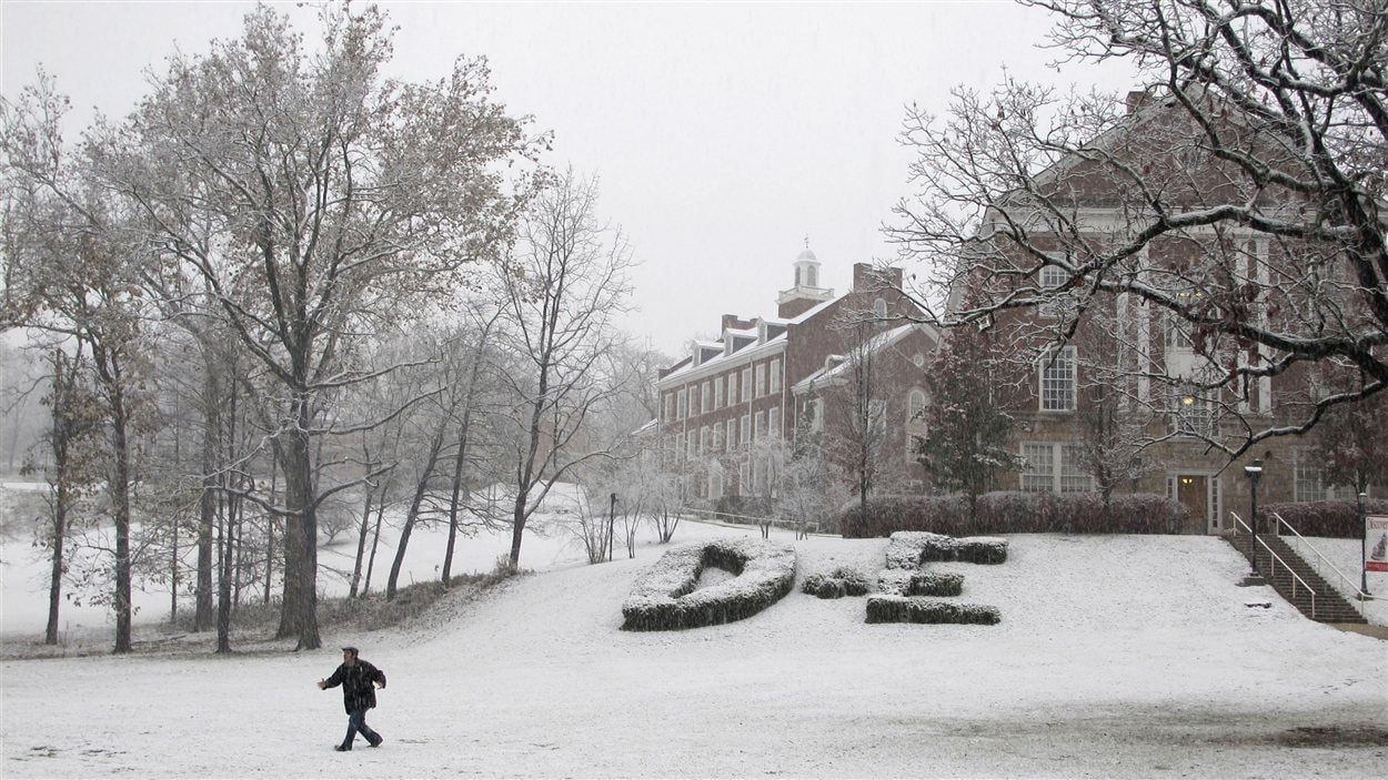 Après la pluie, la neige. Un étudiant marche sur le terrain enneigé du College Davis & Elkins, en Virginie-Occidentale.