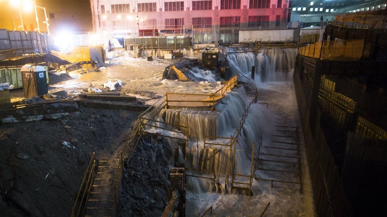 L'eau s'inflitre dans le chantier de construction de Ground Zero, à New York, alors que sévit la tempête Sandy