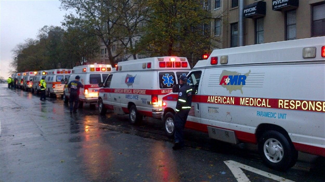Une rangée d'ambulances mobilisés pour prêter main forte aux autorités.