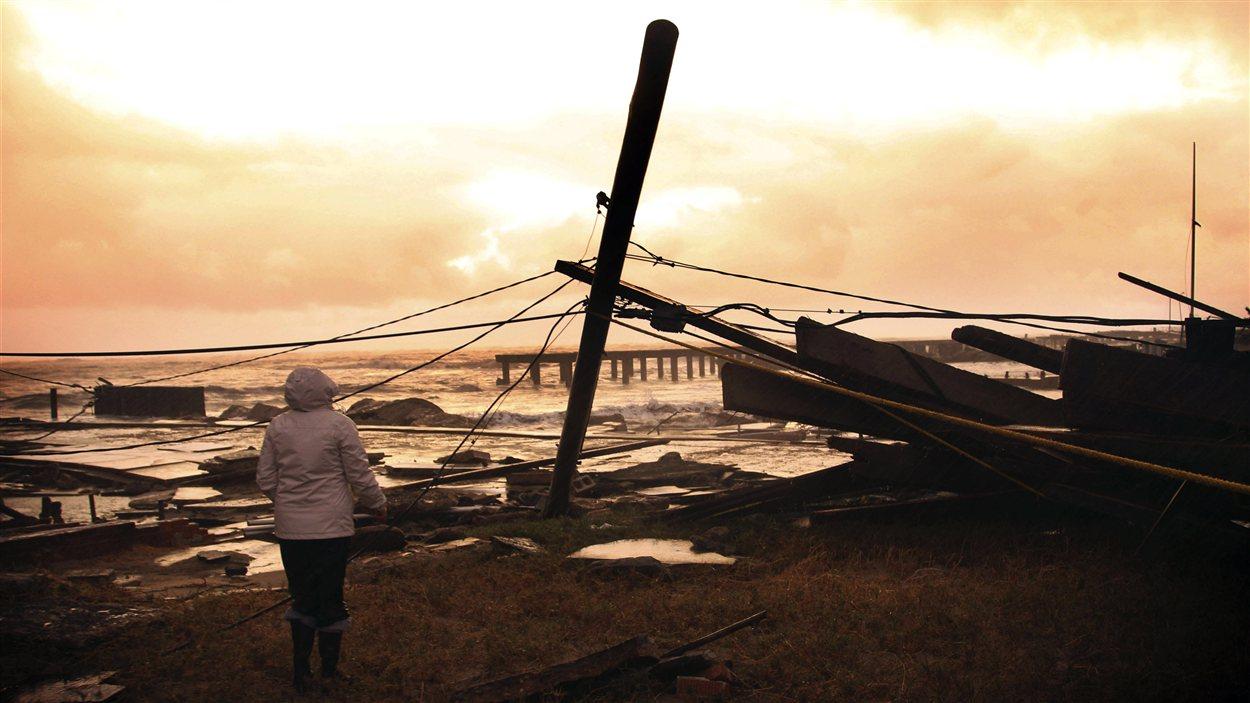 Une femme constate les dégâts près de sa résidence d'Atlantic City, au New Jersey.
