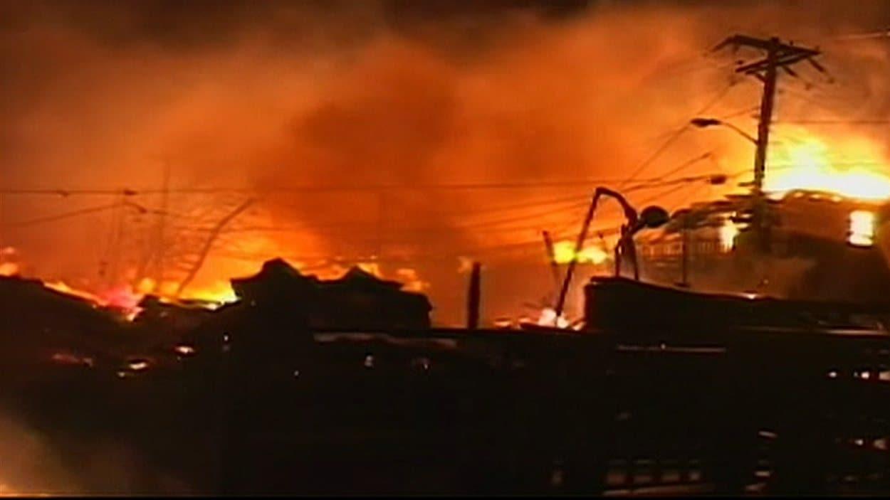 Un tronçon de rue ravagé par les flammes dans le quartier Queens, à New York, où une cinquantaine de maison ont été rasées par le feu.