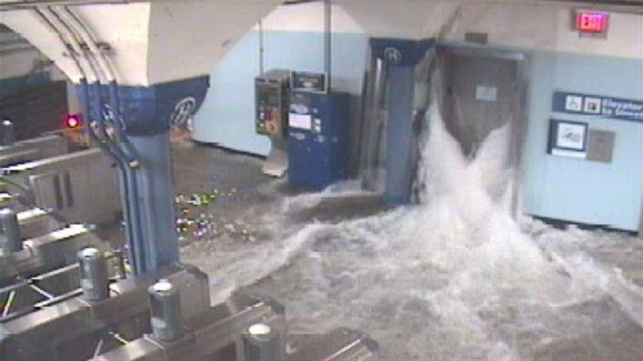 L'eau s'est infiltrée par les cages d'ascenseurs dans ce terminus d'autobus et de trains situé à Jersey City, près de New York.