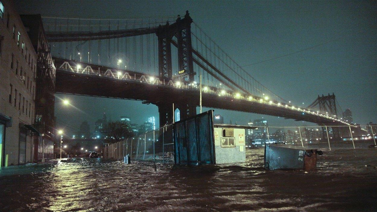 Rue inondée sous le Manhatthan Bridge de New York.