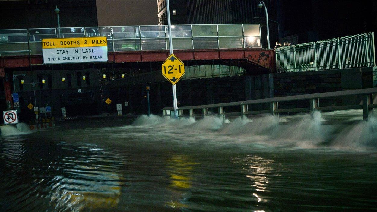 L'eau atteint des mètres de haut dans les rues et les tunnels de New York.
