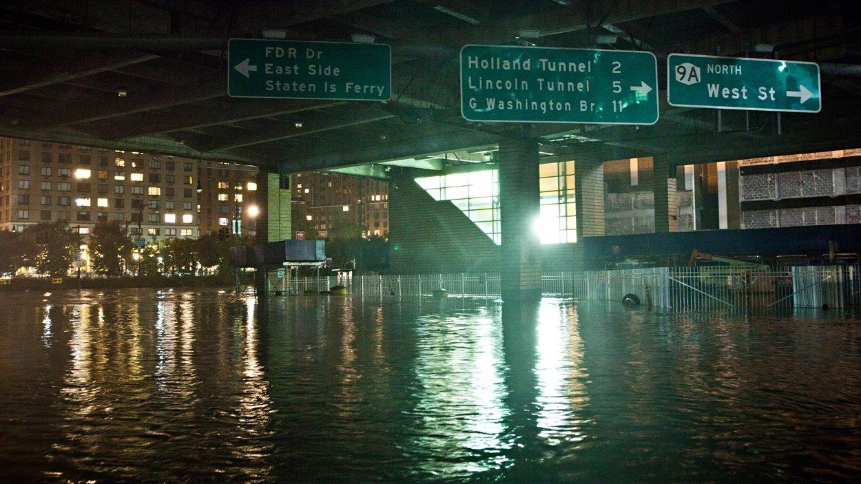 Le quartier financier de Wall Street a été inondé sur l'île de Manhattan après le passage de la tempête Sandy.