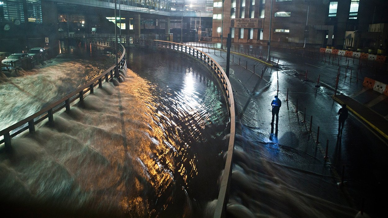 L'eau déferle de l'un des tunnels de New York après le passage de l'ouragan Sandy, devenu tempête tropicale.