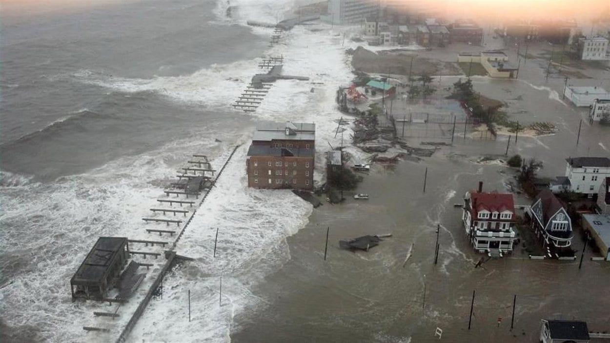 La marée s'engouffre dans les rues d'Atlantic City.