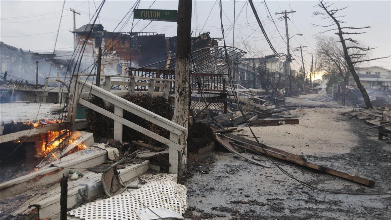 Plus de 80 maisons ont été rasées par les flammes dans le quartier Queens.