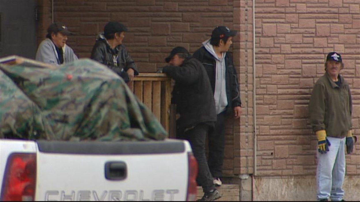 Des hommes devant un refuge pour itinérants à Thompson au Manitoba