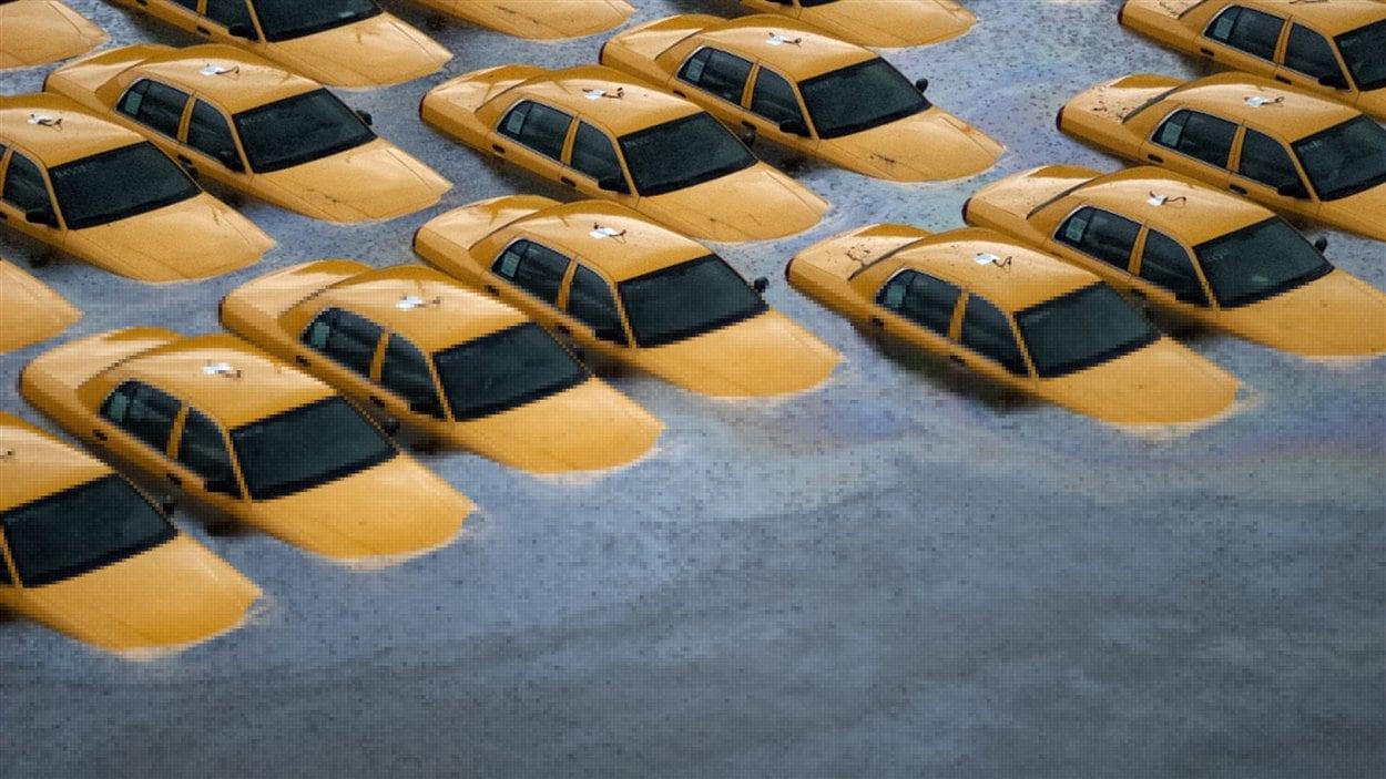 Des taxis sont submergés après le passage de l'ouragan Sandy à Hoboken, dans l'État du New Jersey.