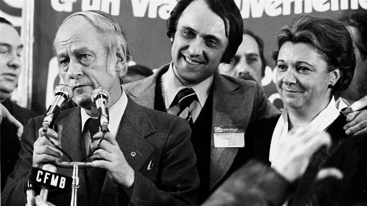 Le premier ministre René Lévesque s'adresse à ses partisans après la victoire du Parti québécois, le 15 novembre 1976.