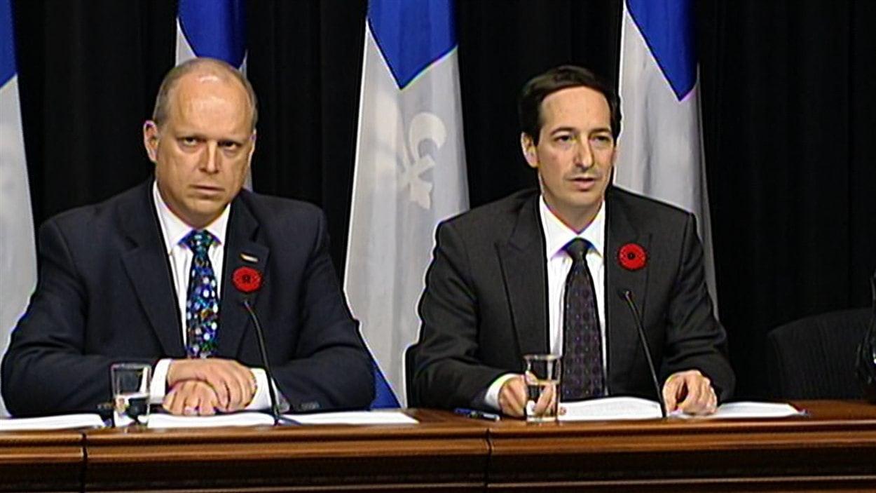Le ministre de la Sécurité publique du Québec, Stéphane Bergeron (à gauche) et le président du Conseil du Trésor, Stéphane Bédard en conférence de presse.
