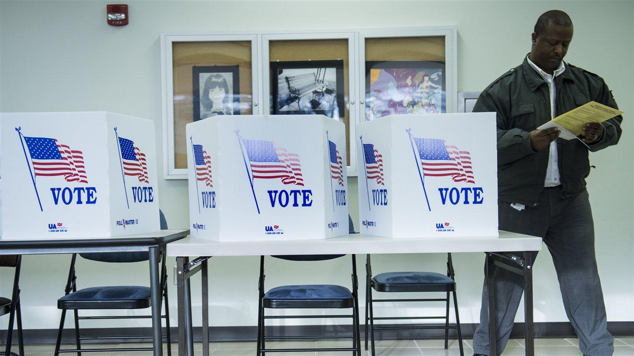 Un électeur fait son choix lors du vote par anticipation à Lancaster, en Ohio.