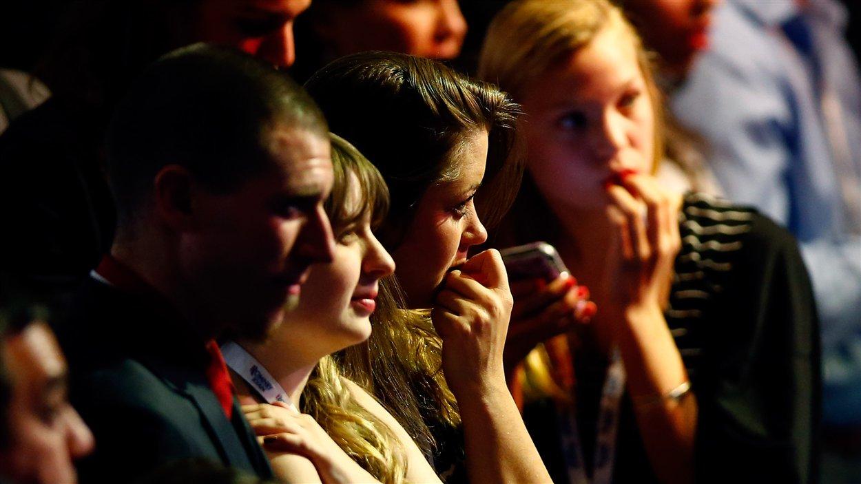 Les partisans du républicain Mitt Romney suivent les résultats attentivemment à la télévision dans un rassemblement à Boston, au Massachussetts.