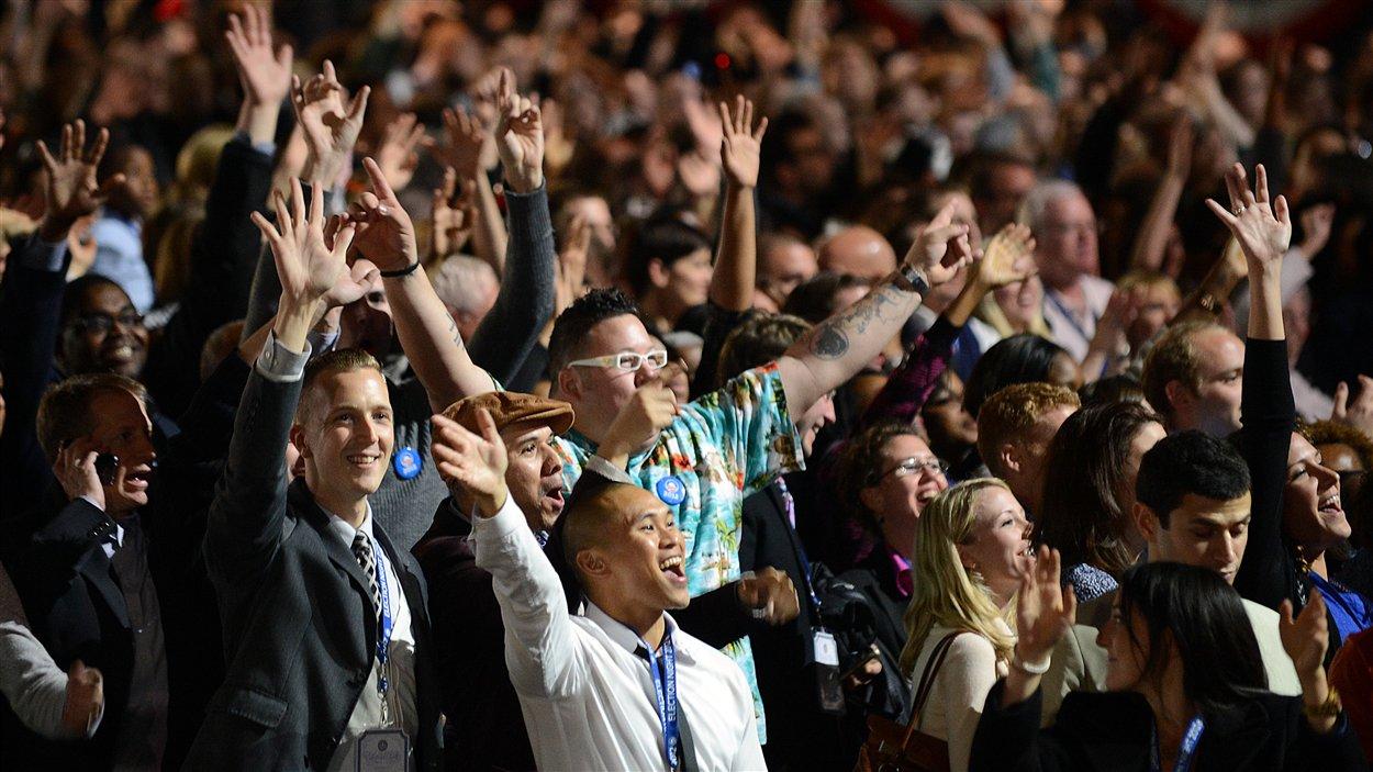 Les partisans de Barack Obama célèbrent et surveillent de près l'annonce des résultats à Chicago, en Illinois.