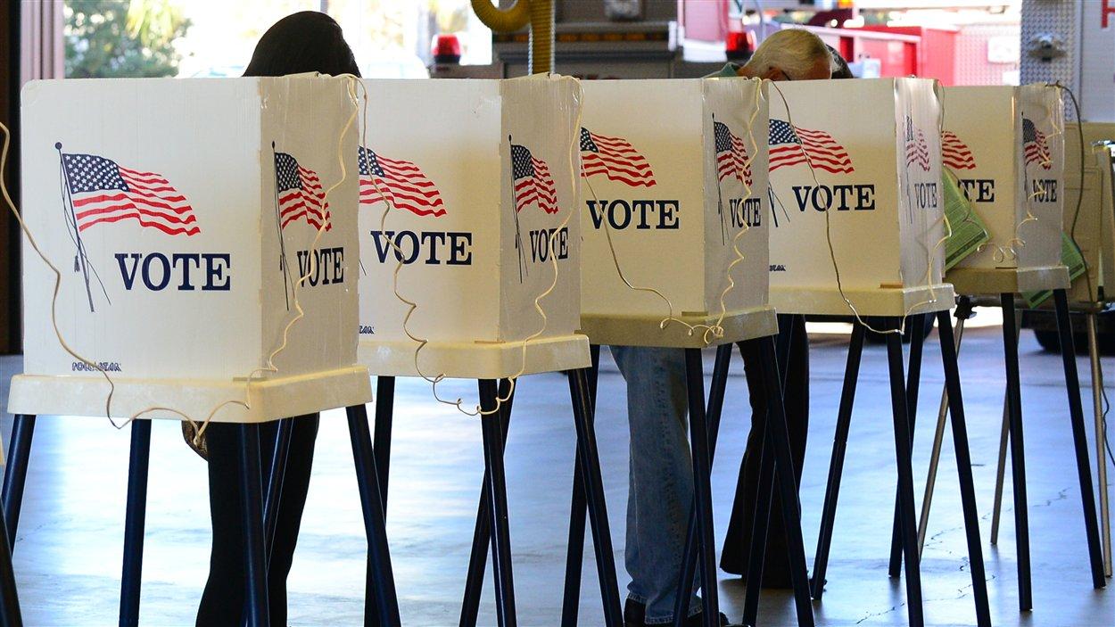 Les électeurs américains votent dans la région de Los Angeles, en Californie.