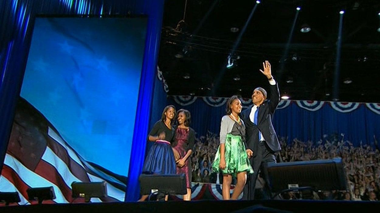 Pour prononcer son discours de victoire, Barack Obama arrive sur scène avec sa femme et ses deux filles.
