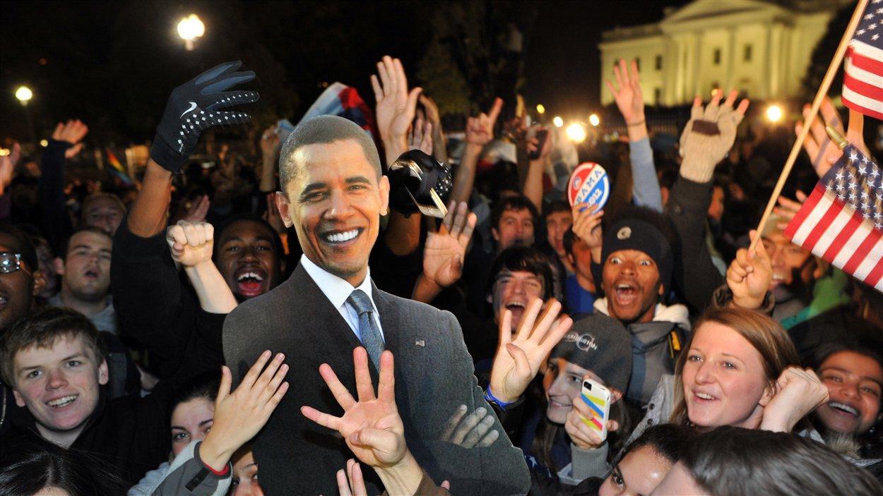 Des milliers de personnes célèbrent la victoire de Barack Obama devant la Maison-Blanche à Washington.
