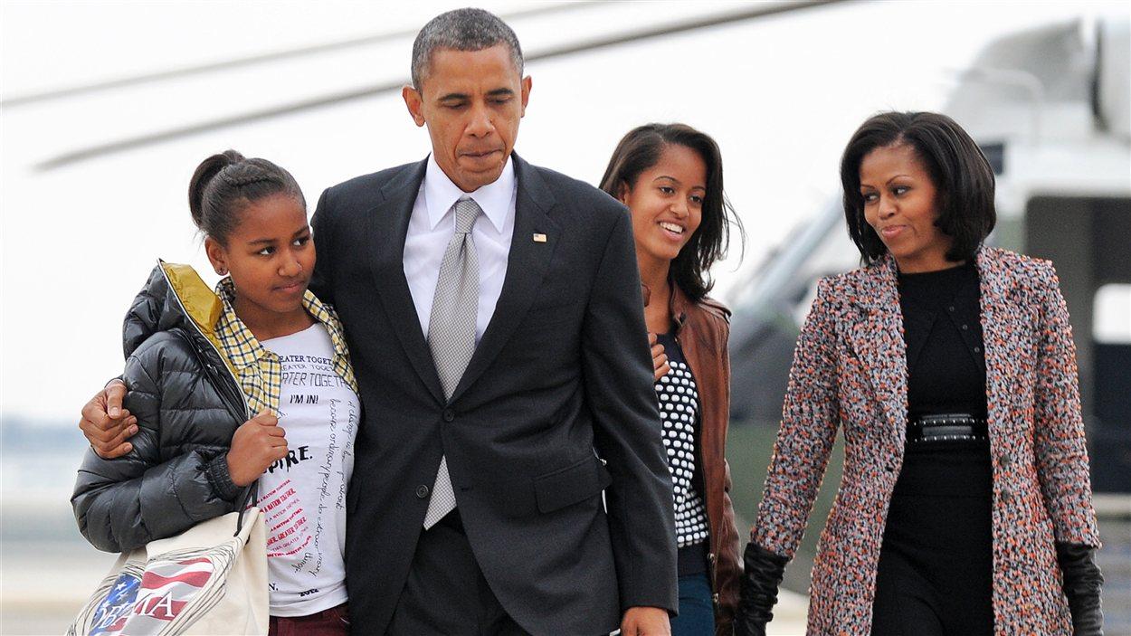 À l'aéroport de Chicago, le président Obama, entouré de sa famille, s'apprêtant à prendre l'avion pour Washington.