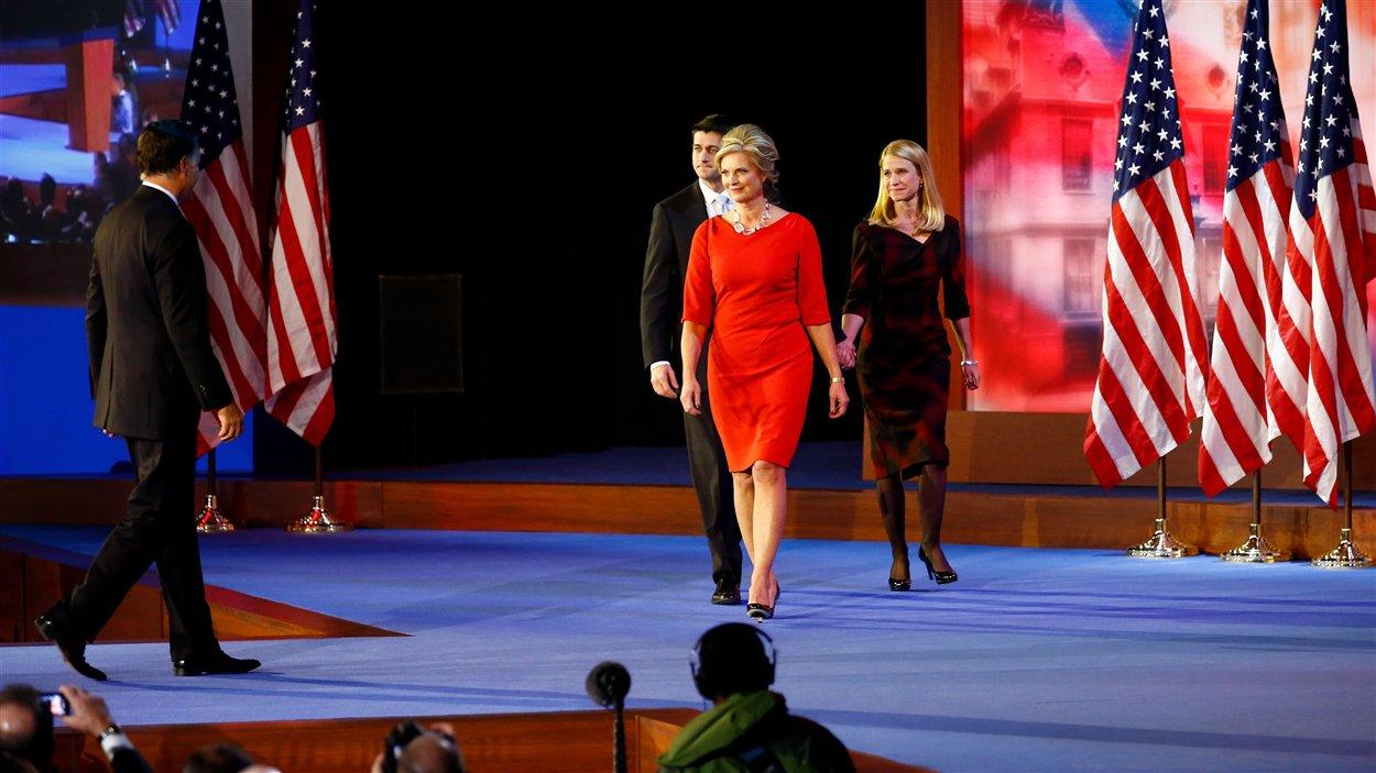 Le colistier Paul Ryan et la femme de Mitt Romney accompagnent le candidat défait sur scène pour son discours.