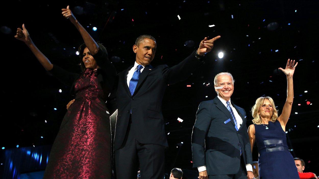 Barack Obama, accompagné de sa femme Michelle Obama, du vice-président Joe Biden et de son épouse Jill Biden.