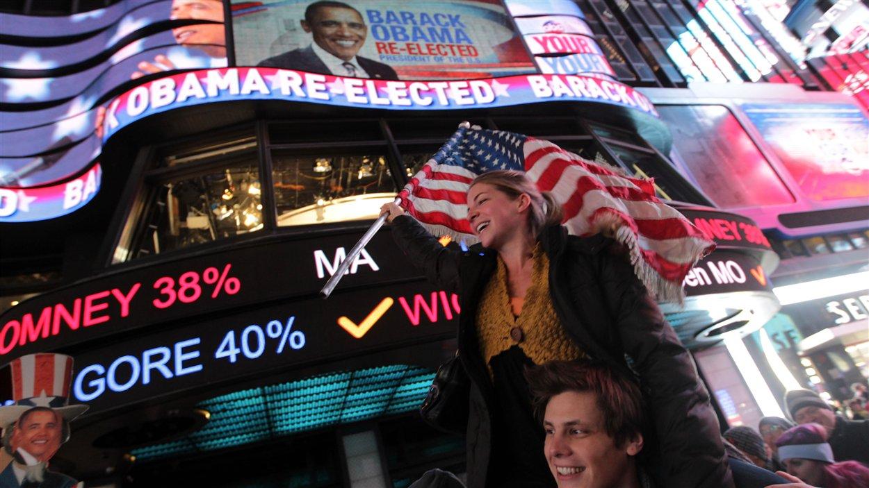 Des Américains célèbrent la victoire de Barack Obama à Time Square, à New York.