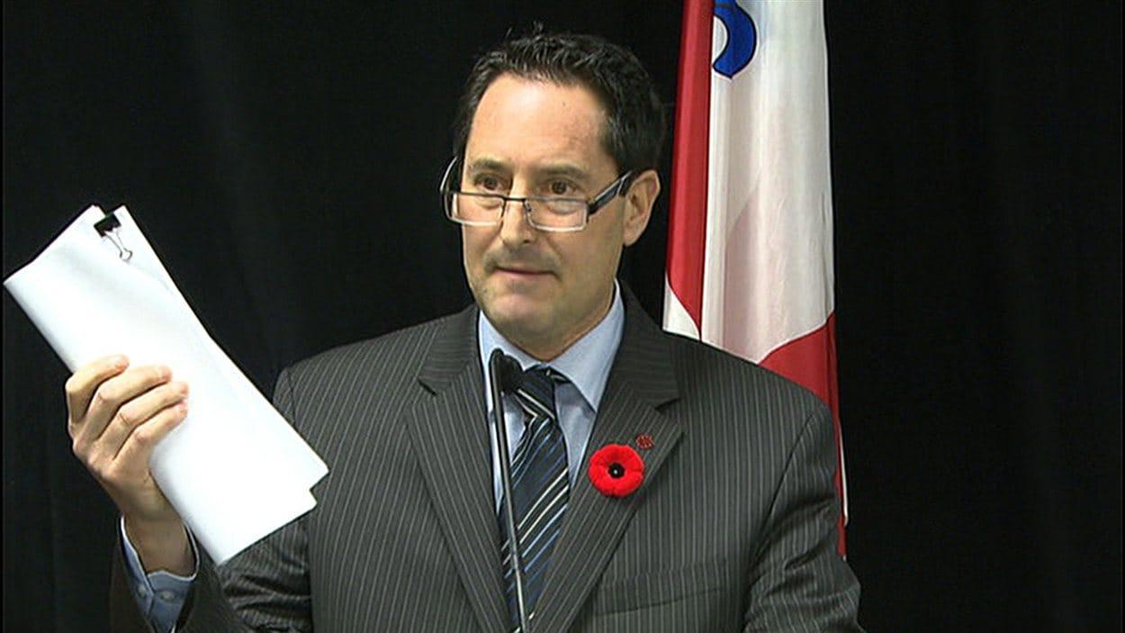 Michael Applebaum arbore un rapport sur les coûts des contrats de construction qui aurait été caché à l'ex-maire.