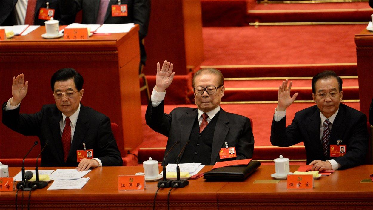 De gauche à droite, le président Hu Jintao, l'ex-président Jiang Zemin et le premier ministre Wen Jiabao à la clôture du 18e Congrès du Parti communiste chinois (PCC).