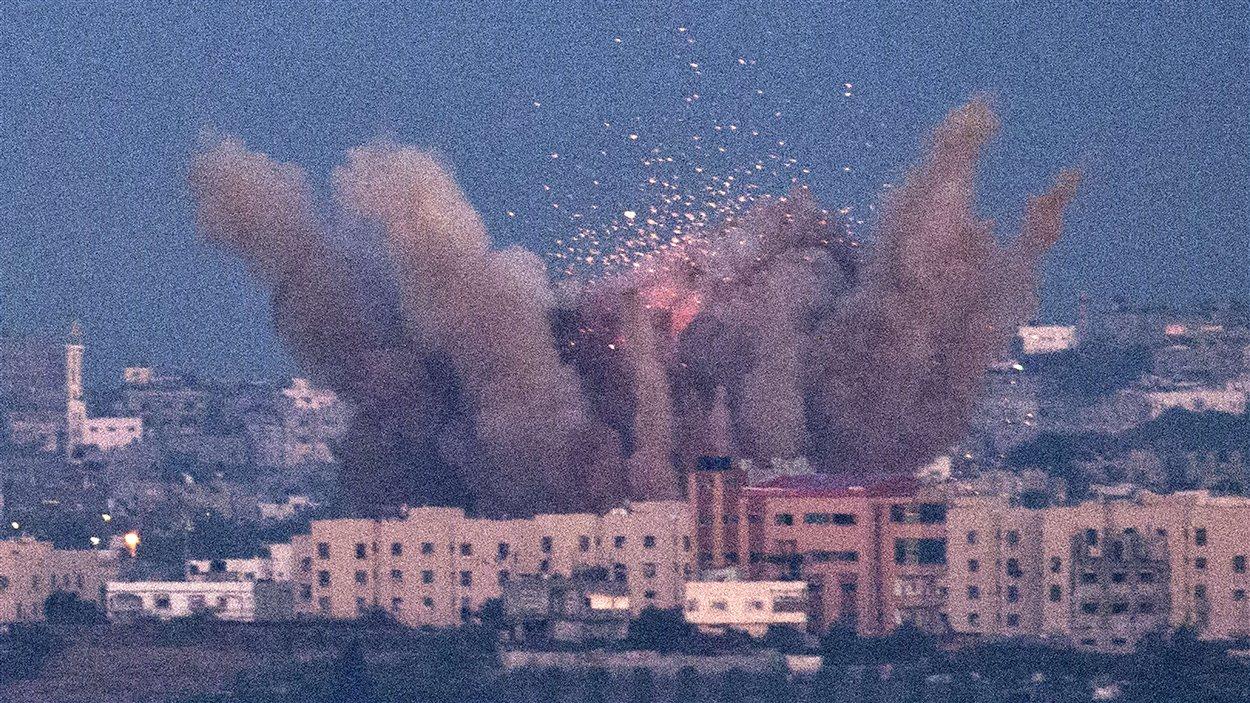 Explosion d'un missile israélien dans une zone habitée de la bande de Gaza.