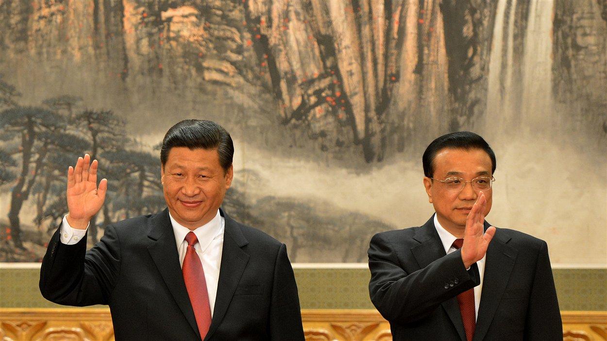Le vice-président actuel Xi Jinping (gauche) et Li Keqiang (droite) sont nommés au comité permanent du bureau politique du Parti communiste chinois.
