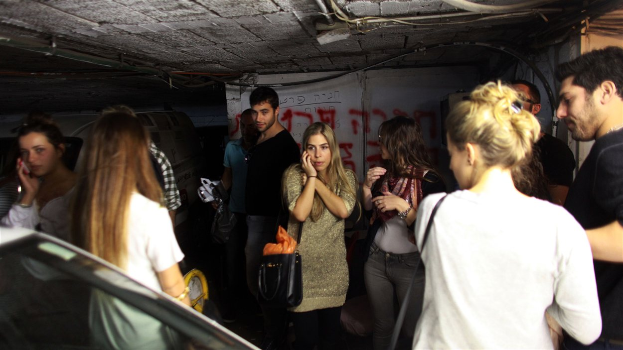 Des civils israéliens ont trouvé refuge dans un stationnement souterrain de Tel-Aviv pendant une alerte à la roquette.