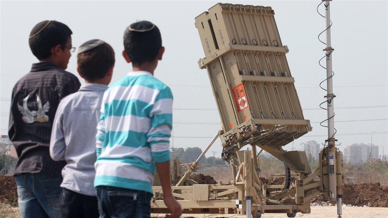 Des enfants israéliens observent le système de défense devant détruire les roquettes en provenance de Gaza.