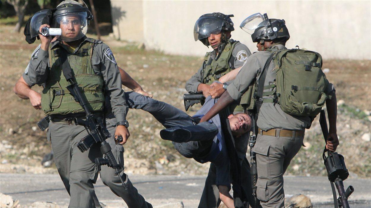 Des agents de sécurité israéliens transportent un manifestant palestinien en Cisjordanie, le 20 novembre.