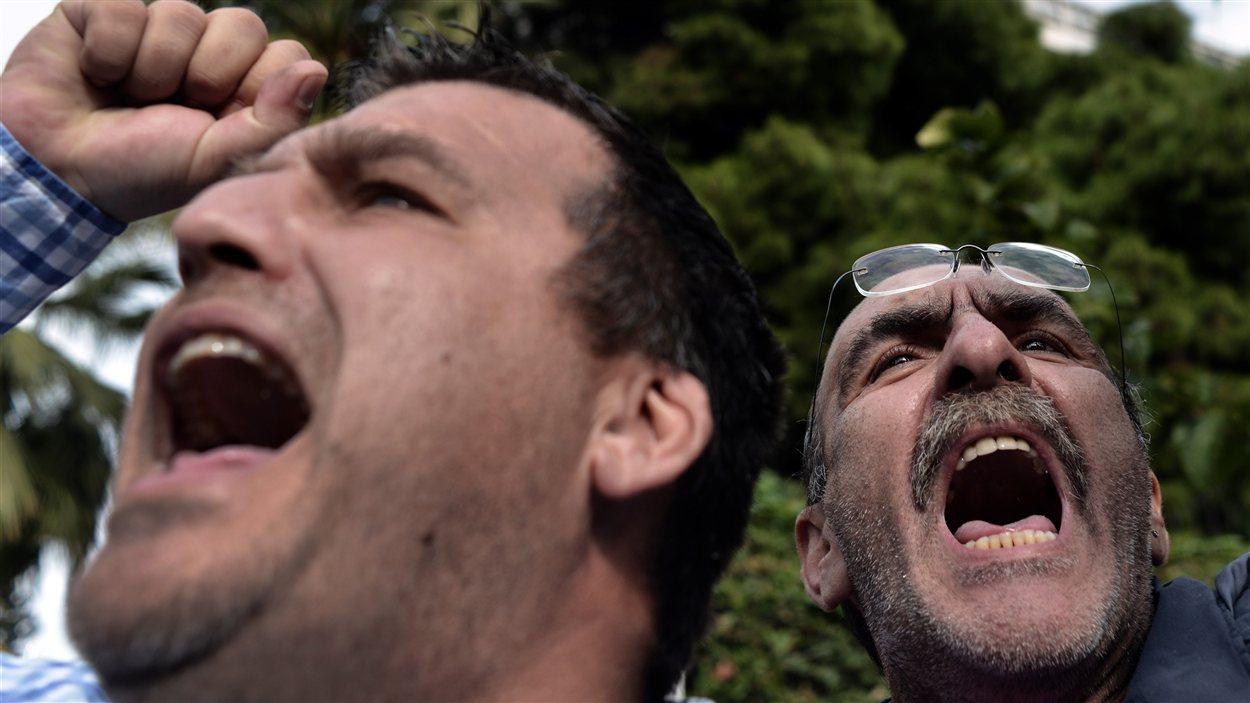 Des Grecs manifestent contre l'austérité à Athènes.