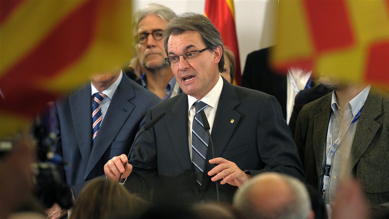 Le président catalan Artur Mas réagit devant la presse aux résultats des élections.