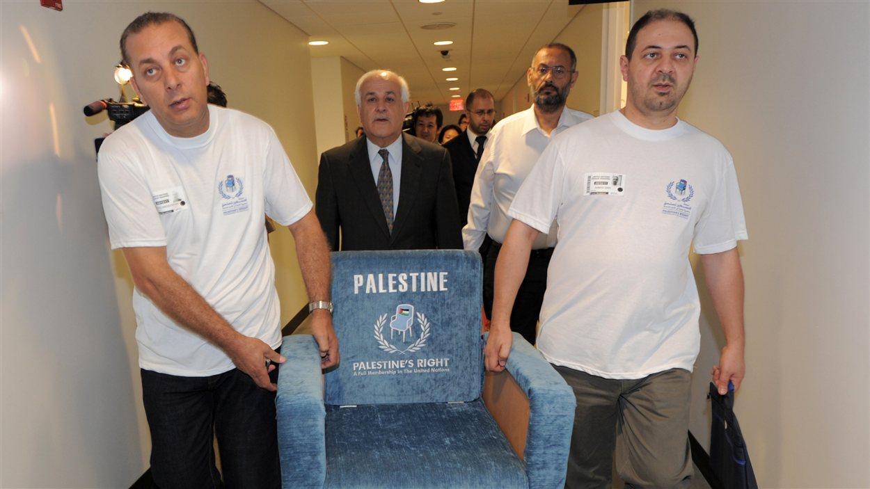 La délégation palestinienne à l'ONU apporte symboliquement un siège à sa rencontre avec le président de l'Assemblée générale de l'ONU.