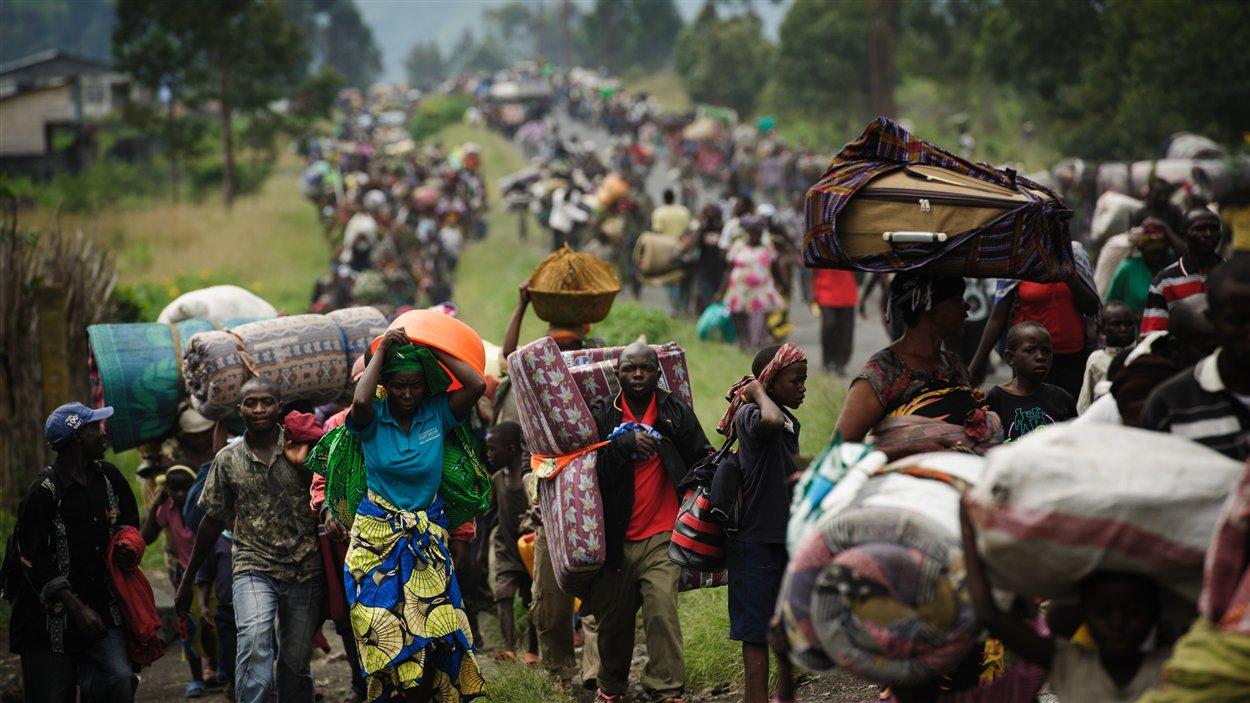 Des milliers de Congolais fuient la ville de Sake, à 26 km de Goma, en raison des violences dans l'est de la République démocratique du Congo le 22 novembre 2012.