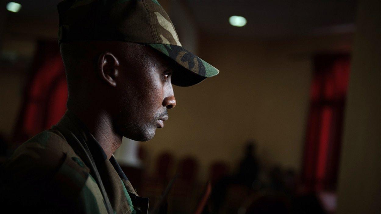Un rebelle monte la garde à Goma alors que le chef du M23 tient une conférence de presse le 27 novembre 2012.